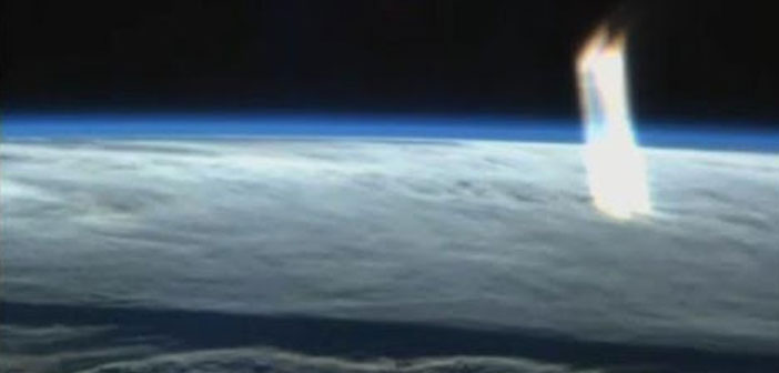 Photo of Huge Beam of Light appears above Earth captured during ISS Live Stream